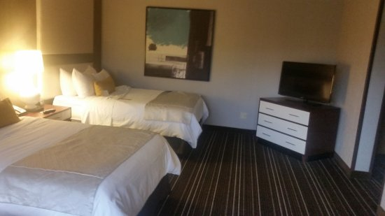 Wyndham Atlanta Galleria: Large room with comfortable beda nd large, cool art (makes the TV look small!)