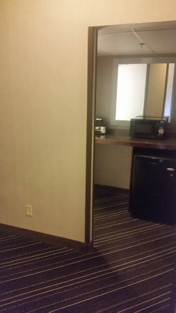 Wyndham Atlanta Galleria: Funky and large entry way and room with counter area with mini fridge and microwave