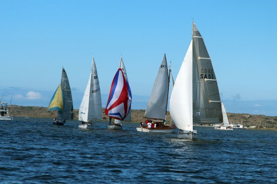 Goolwa, Australia: Being on the water lets you close & personal to the racing - bring a drink, it's simply spectacu