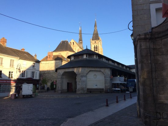 Dourdan, Frankrig: The square (entrance to the hotel is on the left)