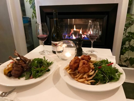 Devonport, Nowa Zelandia: Our Lamb Cutlets and Snapper Goujons by the fire inside.