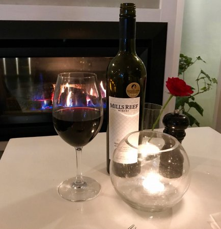 Devonport, Nowa Zelandia: A glass of red wine in front of the fire.