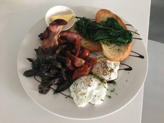 Devonport, Nueva Zelanda: Hemingway's Full Breakfast, with poached eggs, crispy bacon, portobellini, grilled sausage, toma
