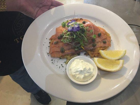 Devonport, Nueva Zelanda: Smoked Salmon and Caviar on potato latkes with dill creme fraiche, lemon and capers.