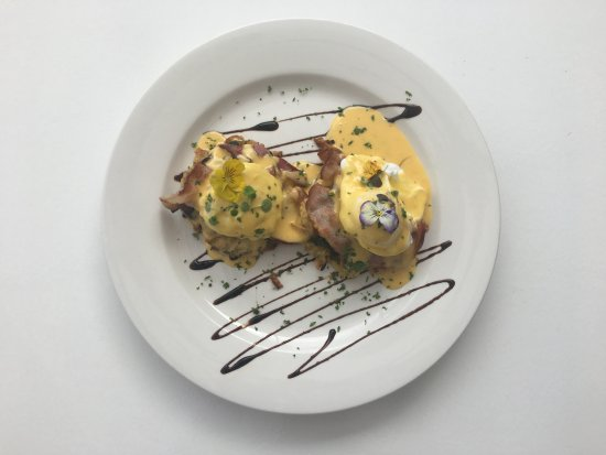 Devonport, Nueva Zelanda: Eggs Benedict with soft poached eggs, bacon, wilted spinach on a potato latke with hemingways sp
