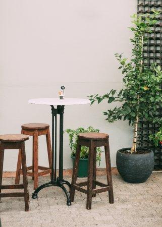 Devonport, Nueva Zelanda: Standing bar stools, chairs optional.