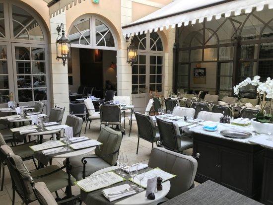 La salle qui est en fait une cour int rieure photo de for Bon restaurant chartres