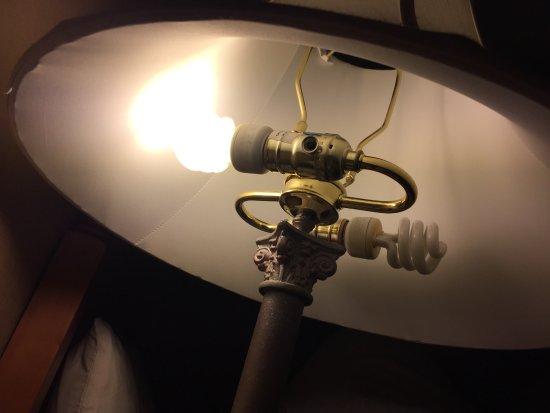 Ambassador Inn at Marquette: Room wasn't even lit properly!