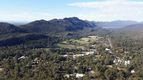 Halls Gap, أستراليا: View from Chatauqua Peak over the town and lake.