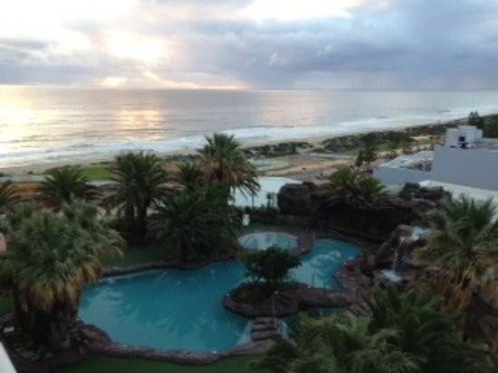 Scarborough, Australia: The hotel pool from room 1522