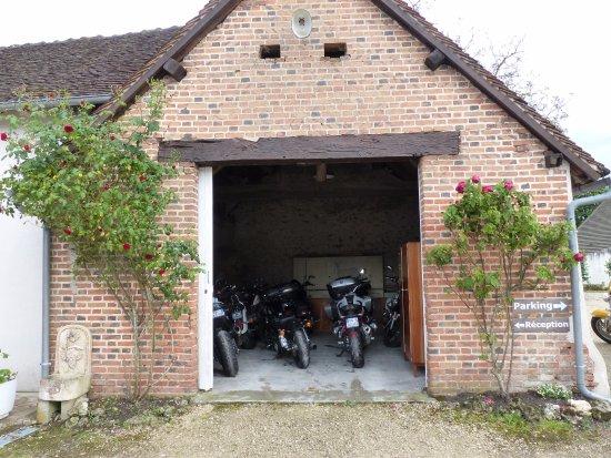 Garage pour motos photo de h tel du cygne bracieux for Location garage moto