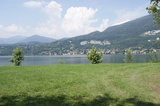 Parini Hotel : Lungo Lago Bosisio Parini a soli 5 minuti a piedi dal nostro hotel