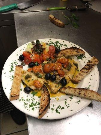 Pregnana Milanese, Italien: Pesce spada con pomodorini capperi olive e crostoni