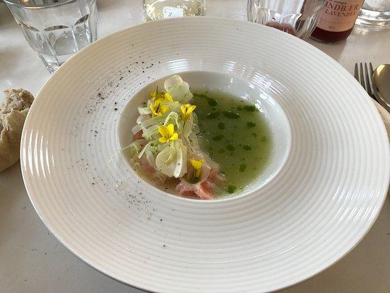 Stege, Danmark: Smuk forret med Møn gin marineret laks, agurk, dild og fennikel salat