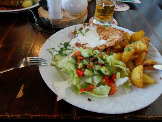 Filet Z Kurczaka Z Sosem Serowym Salatka I Pieczonymi Cwiartkami