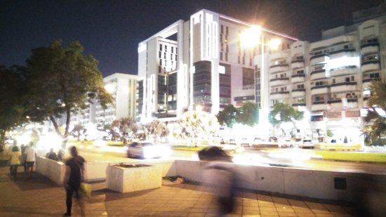 Ibis Al Rigga: Le Bâtiment cubique dans lequel se situe l'hôtel. Sur la moitié droite de celui-ci.