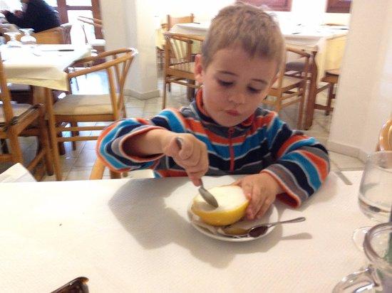 Murta Maria, Italien: Leckeres Zitronensorbet in einer halben Zitrone