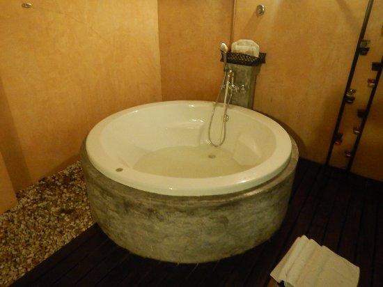Pakasai Resort : 屋外浴槽 但し、ジャグジーではない(笑)
