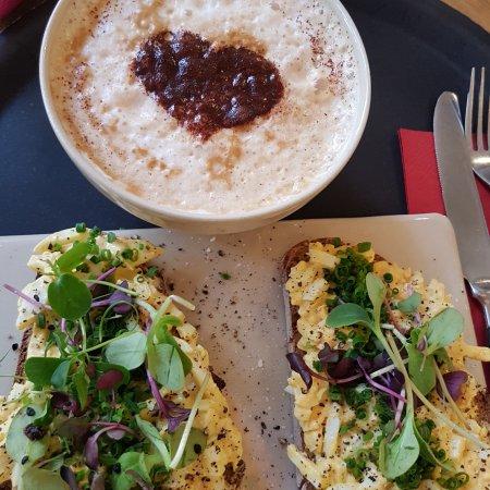 Kiefert: Brot mit Kräuterei und Cappuccino