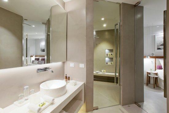 Grace Hotel Santorini, Auberge Resorts Collection: Junior Suite with plunge pool bathroom