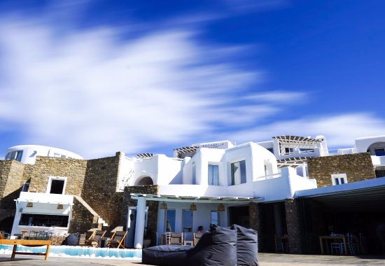Rocabella Mykonos Art Hotel & SPA : Dining/pool area with rooms above