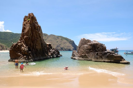 ‪‪Quy Nhon‬, فيتنام: From the beach, swim around the rock to access this small heaven behind the rock‬