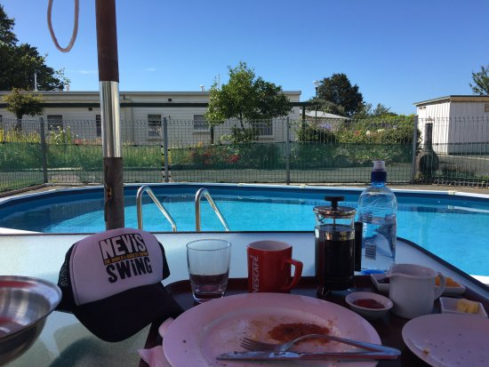 Wairoa Motel: My breakfast by the pool, where the manager kindly put the umbrella out so I didn't burn in the