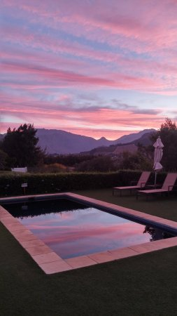 La Cabriere Country House : Wonderful sunset reflected in the pool
