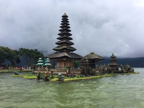 Lovina Beach, Indonesia: Ulundanu Temple - spectacular.