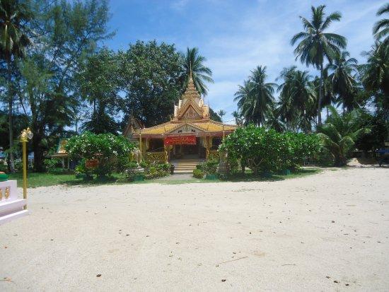 Lipa Noi, Thailand: Templo, junto à praia!