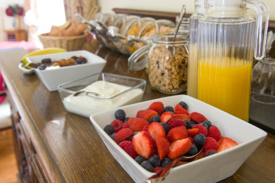 Tavistock, UK: Breakfast cereal, juice, fruit, homemade granola, yogurt