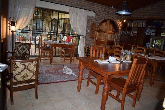 Swellendam, South Africa: Hier gibt es das leckere Frühstuck mit Kaffee / Tee satt