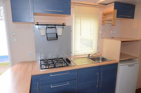 Angolo cucina in bungalow con cucina e servizi - Bild von Camping ...