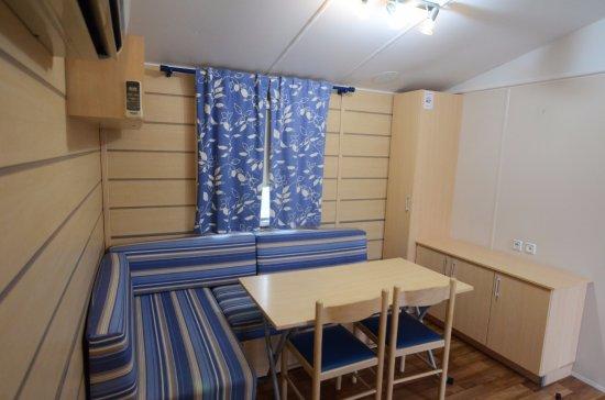Soggiorno in bungalow con cucina e servizi - Foto di Camping Village ...