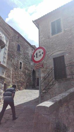 Montemerano, Italy: via per Piazza Castello