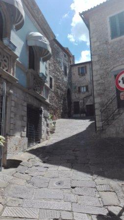 Montemerano, อิตาลี: via per Piazza Castello