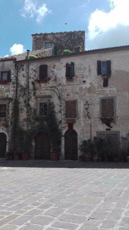 Montemerano, อิตาลี: Piazza Castello
