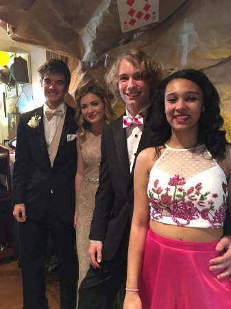 Morganton, Carolina do Norte: Ethan and his friends came by for dinner before Prom! Lookin' snazzy!