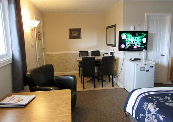 Northern Lights Motel & Chalets - Wawa: Room with 2 Queen Beds, 2 Seating Areas, Double Vanities