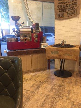 Cheongju, Corea del Sur: 동네 커피숍인데 가격은 저렴하고 퀄리티는 최고인곳.원두가 정말 신선한듯~ 로스팅을 잘해서인지 커피가 식어도 맛있는 곳. 계절음료인 딸기라떼는 한번 먹으면 매일 생각남. 계절