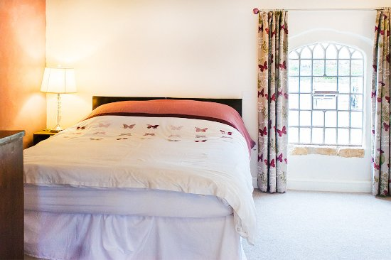 Farthingstone, UK: Large spacious bedroom with king-sized bed & en-suite bathroom ...plus fabulous view too!