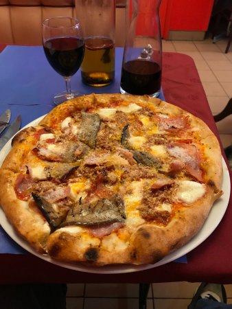 Charenton-le-Pont, Frankrike: Now that is a Pizza !!