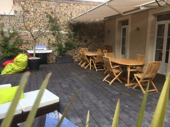 terrasse avec barbecue photo de l 39 escale de broglie broglie tripadvisor. Black Bedroom Furniture Sets. Home Design Ideas