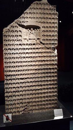 Museo de Shanghai: תבליט של הרבה פסלי בודהה קטנים