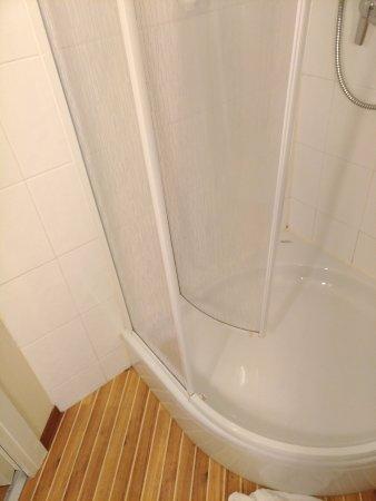 Cardano al Campo, Italy: doccia rotta