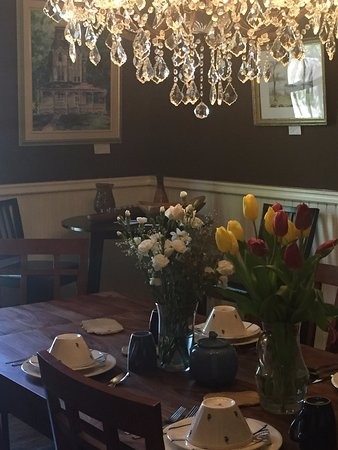 Brockville, Canadá: where breakfast is served beneath and antique crystal chandelier