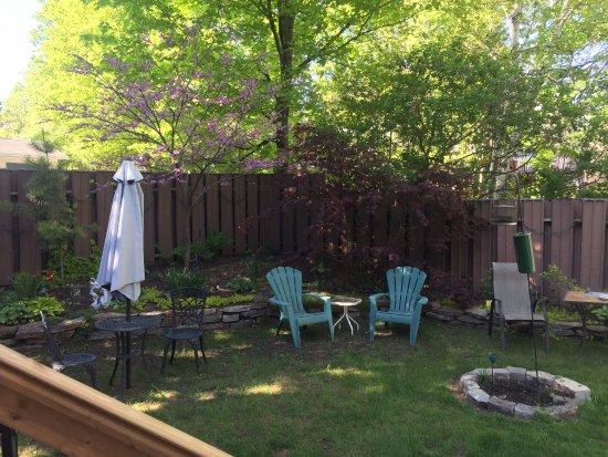 Brockville, Canadá: outdoor sitting area next to the pool