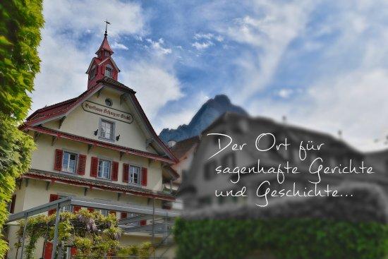 Schwyz, Zwitserland: Lassen Sie es sich bei uns schmecken! Ob im historischen Ambiente oder auf der Gartenterasse
