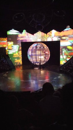 ERA Acrobats: סצינה מהמופע- תפאורה מדהימה