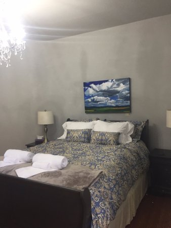 Brockville, Canadá: Pitch Pine room has a great Queen size bed and a nice view of the pool